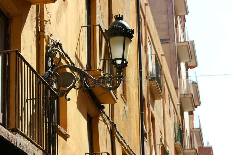 Una lampada antica sul balcone, sommerso dal sole di estate fotografia stock libera da diritti