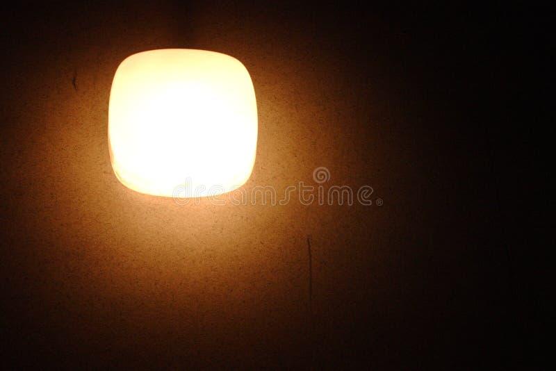 Una lampada su una parete immagini stock
