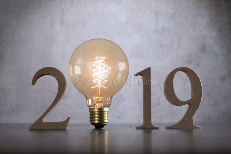una lampadina di 2019 blocchi di legno immagini stock