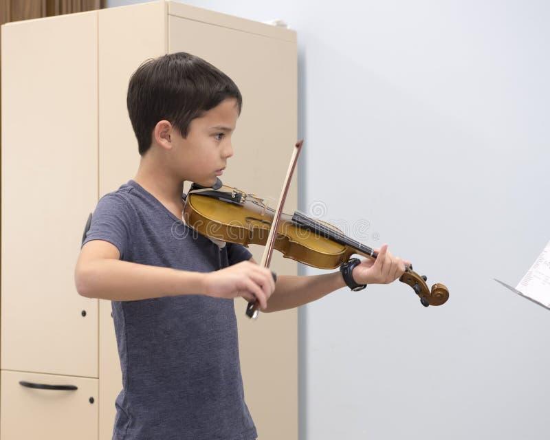 Una lección de violín foto de archivo libre de regalías