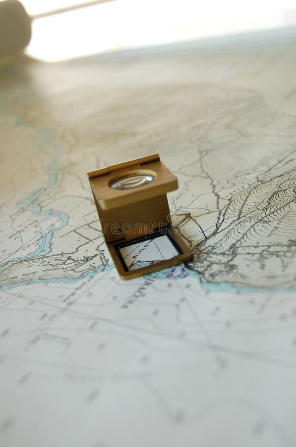 Una lente del magnifer sulla mappa immagine stock
