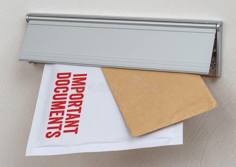 Una lettera ha identificato i documenti importanti in una scanalatura di posta fotografia stock libera da diritti