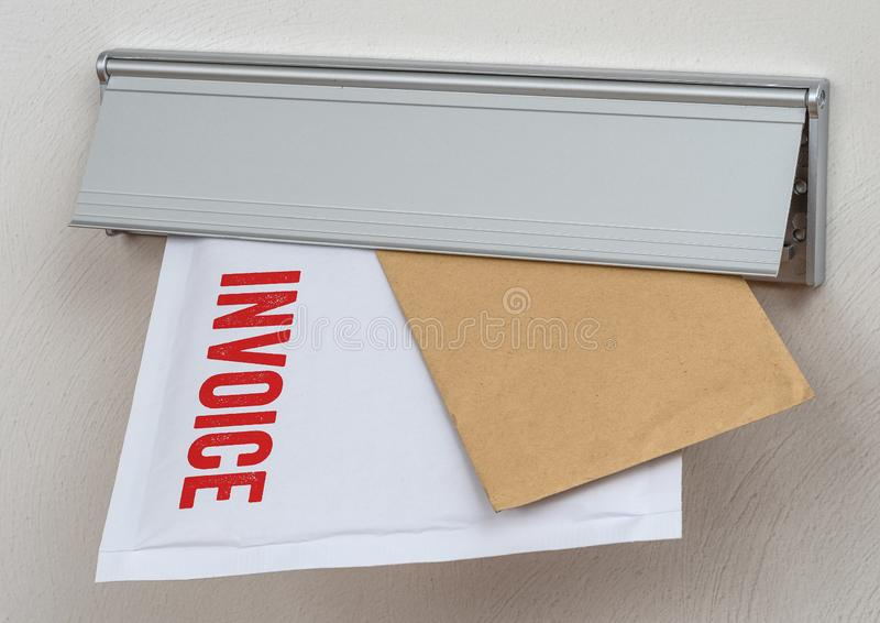 Una lettera ha identificato la fattura in una scanalatura di posta immagine stock libera da diritti