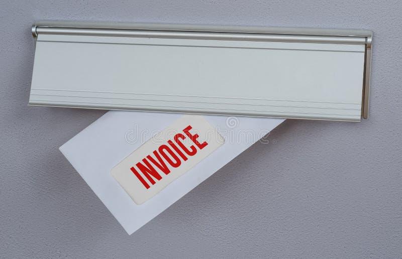 Una lettera in una scanalatura di posta - fattura immagini stock