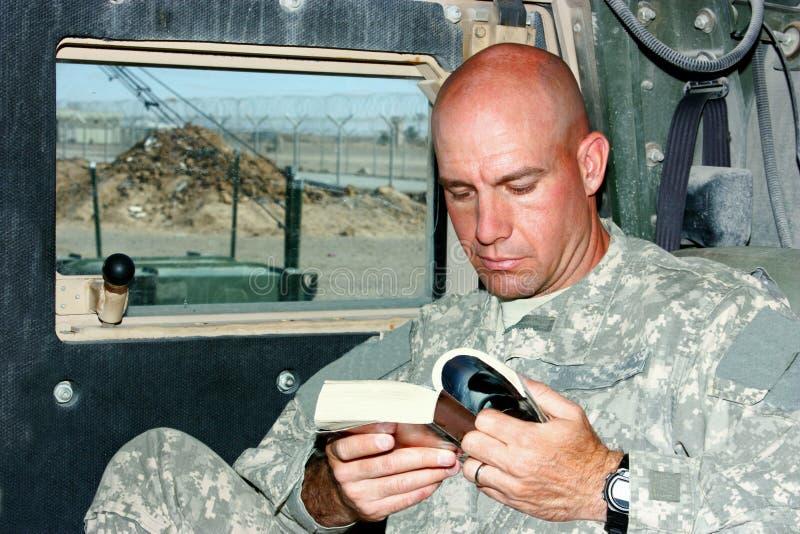 Una lettura del soldato fotografia stock