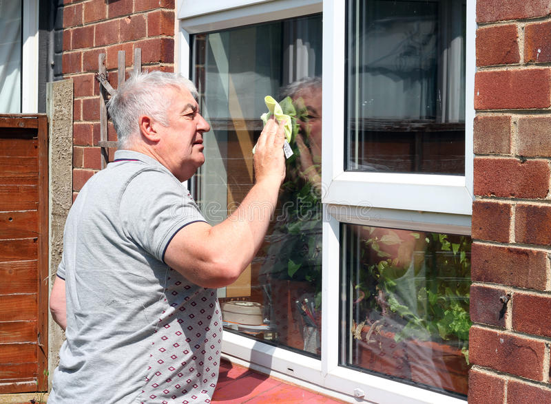 Limpieza de ventana. fotografía de archivo libre de regalías