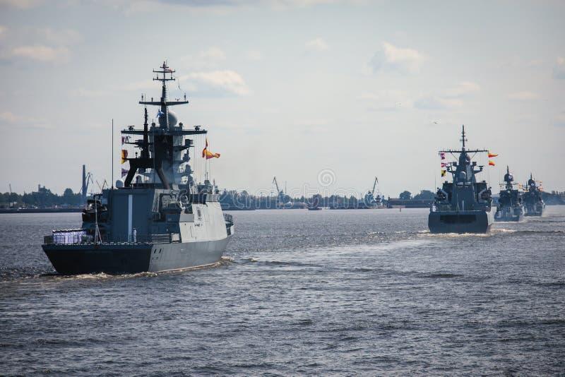 Una linea davanti alle navi da guerra navali militari russe moderne delle navi da guerra nella fila, nella flotta nordica e nella fotografie stock libere da diritti