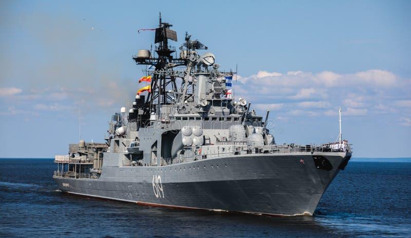 Una linea davanti alle navi da guerra navali militari russe moderne delle navi da guerra nella fila, nella flotta nordica e nella immagini stock