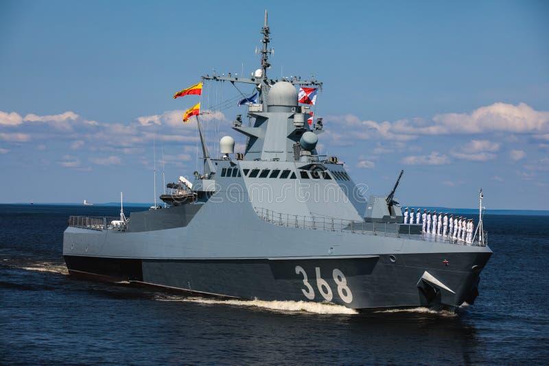 Una linea davanti alle navi da guerra navali militari russe moderne delle navi da guerra nella fila, nella flotta nordica e nella immagini stock libere da diritti