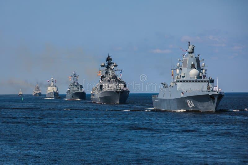 Una linea davanti alle navi da guerra navali militari russe moderne delle navi da guerra nella fila, nella flotta nordica e nella fotografia stock