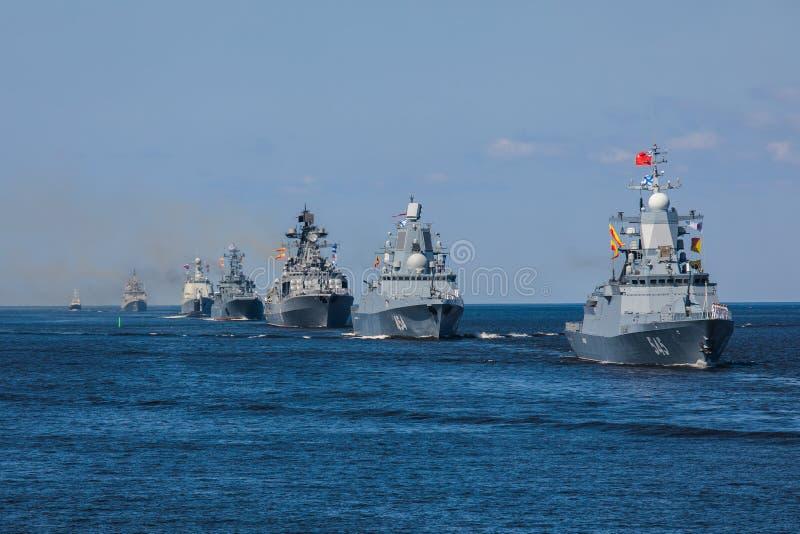 Una linea davanti alle navi da guerra navali militari russe moderne delle navi da guerra nella fila, nella flotta nordica e nella immagine stock