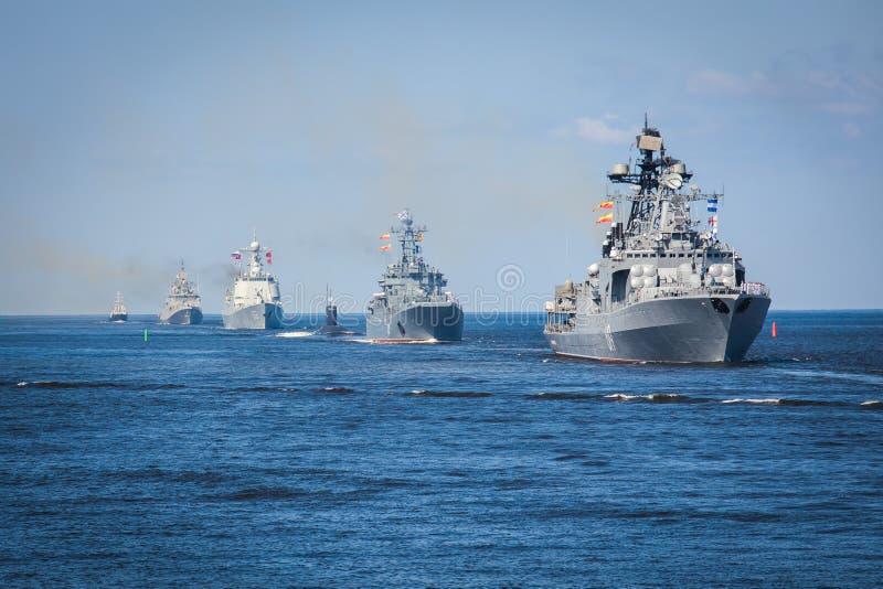 Una linea davanti alle navi da guerra navali militari russe moderne delle navi da guerra nella fila, nella flotta nordica e nella fotografie stock