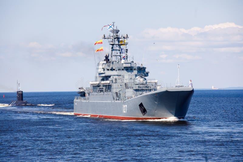 Una linea davanti alle navi da guerra navali militari russe moderne delle navi da guerra nella fila, nella flotta nordica e nella fotografia stock libera da diritti