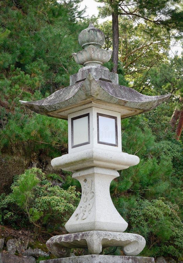 Una linterna de piedra en la capilla de Itsukushima en Hiroshima, Japón imagen de archivo