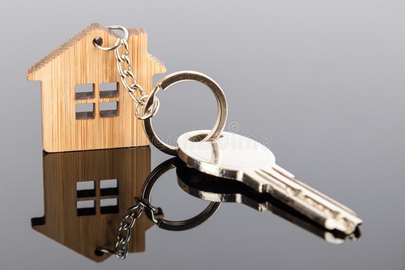 Una llave en una casa formó llavero de madera fotografía de archivo