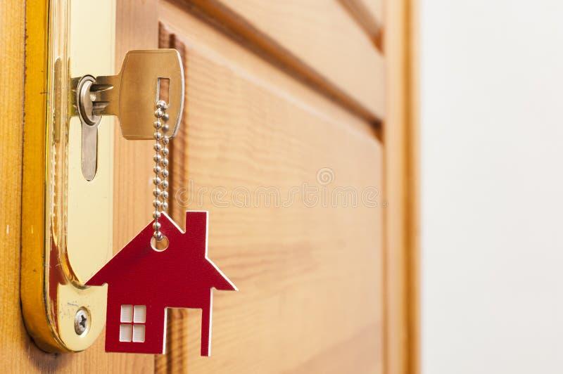 Una llave en una cerradura con el icono de la casa en ?l imagenes de archivo