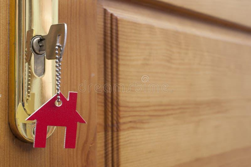 Una llave en una cerradura con el icono de la casa en ?l imagen de archivo libre de regalías