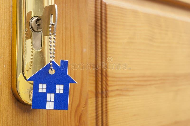 Una llave en una cerradura con el icono de la casa en ?l foto de archivo