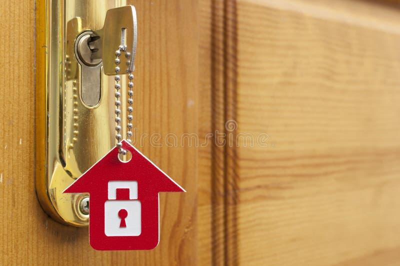 Una llave en una cerradura con el icono de la casa en ?l fotos de archivo libres de regalías