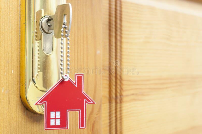 Una llave en una cerradura con el icono de la casa en ?l imagen de archivo