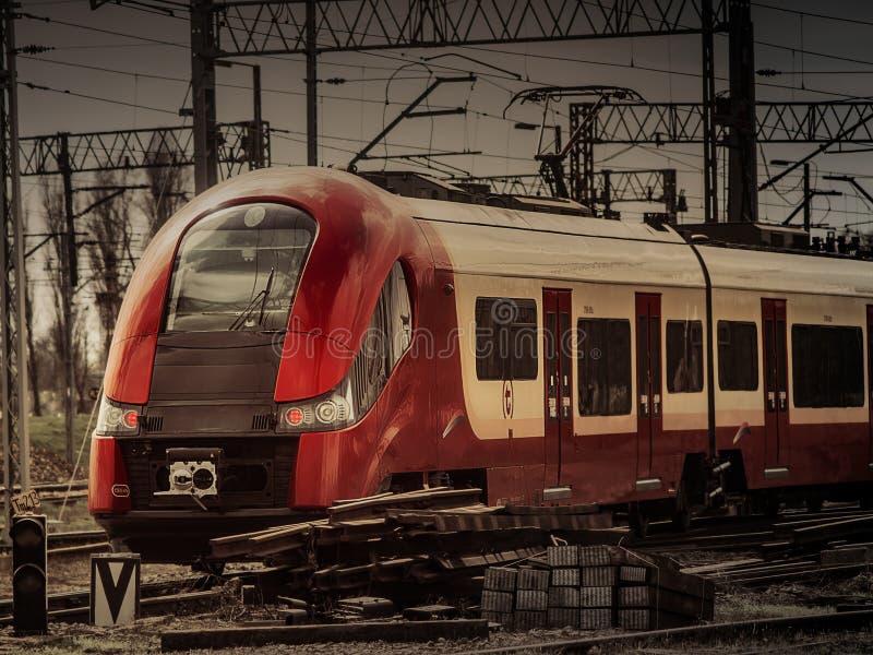 una locomotora ferroviaria de la ciudad moderna imagenes de archivo