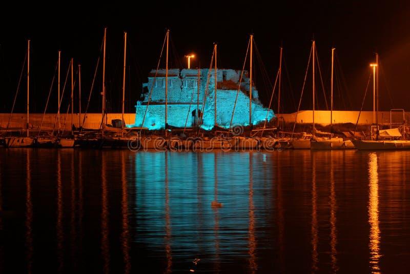 Una luce blu intensa illumina l'IL Lazzaretto nella notte immagine stock