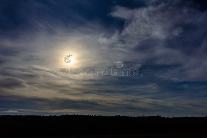 Una Luna Llena maravillosa ha descendido sobre el ucraniano Cárpatos en nubes borrosas imagen de archivo libre de regalías