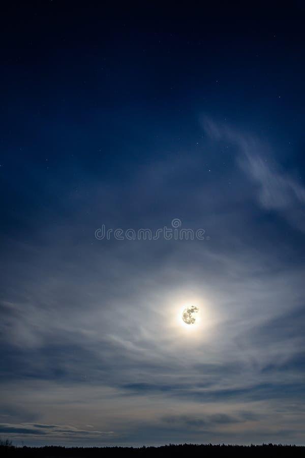 Una Luna Llena maravillosa ha descendido sobre el ucraniano Cárpatos en nubes borrosas imágenes de archivo libres de regalías
