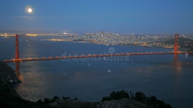Una luna piena eccellente aumenta sopra golden gate bridge a San Francisco fotografia stock