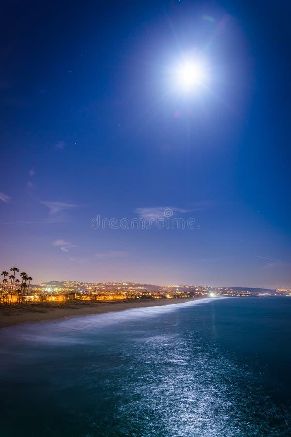 Una luna piena sopra l'oceano Pacifico alla notte fotografie stock libere da diritti