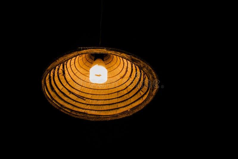 Una luz de bambú de la lámpara en la oscuridad imágenes de archivo libres de regalías