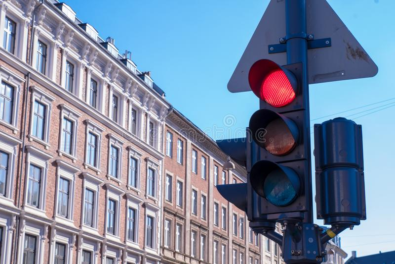 Una luz de la parada del tráfico está en rojo con los edificios daneses típicos adentro imágenes de archivo libres de regalías