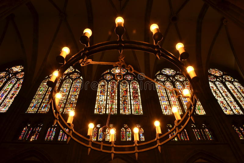 Una luz de la vela en un templo fotografía de archivo