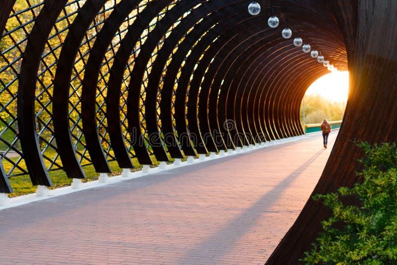 Una luz en el extremo de un túnel imagenes de archivo