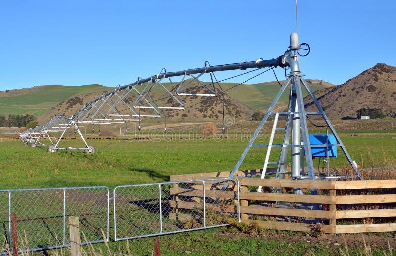 Una máquina de la irrigación del pivote en una granja en Cantorbery del norte foto de archivo libre de regalías