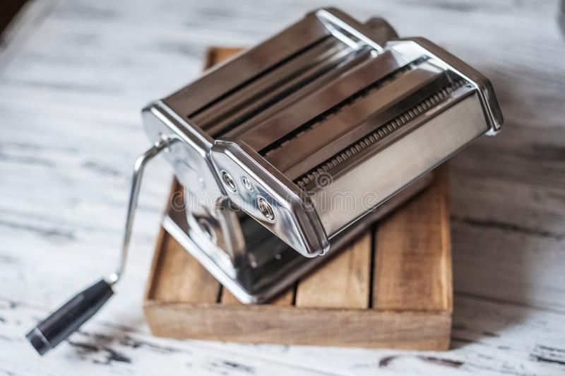 Una máquina para cocinar los macarrones hechos en casa, pastas, fettuccini fotografía de archivo libre de regalías