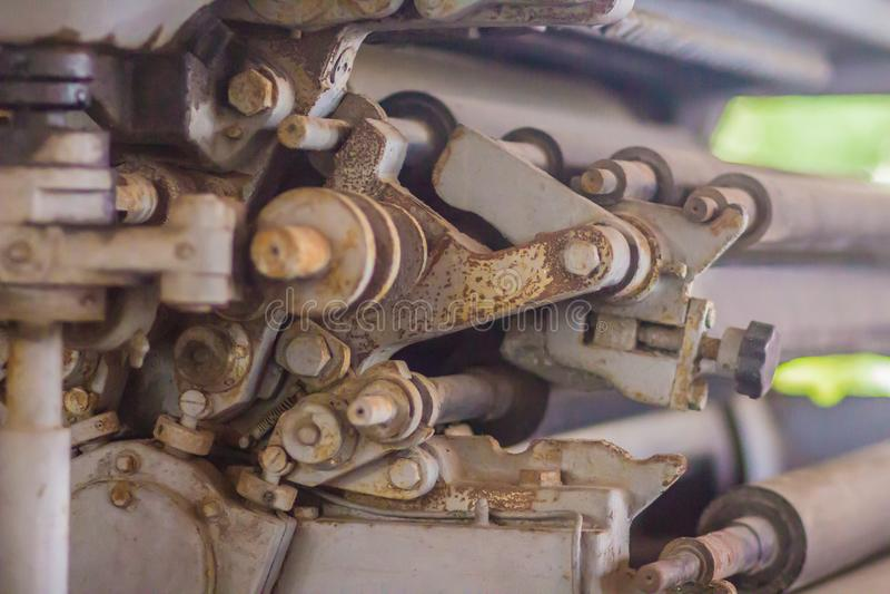 Una máquina vieja de la prensa con equipos rotatorios Ciérrese encima del detalle de una prensa vieja imagen de archivo