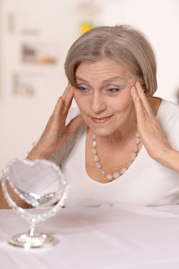 Una más vieja mujer en casa fotos de archivo libres de regalías