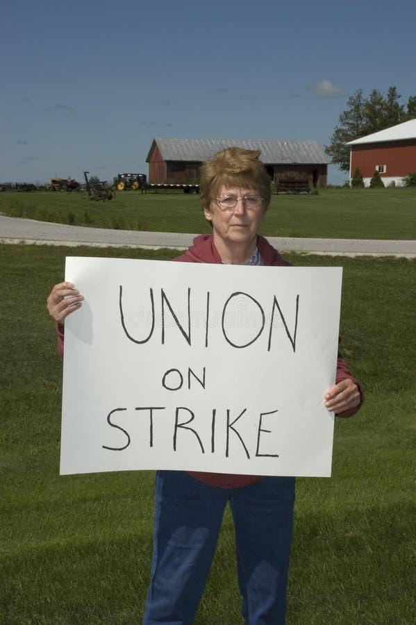 Una más vieja mujer en huelga fotos de archivo