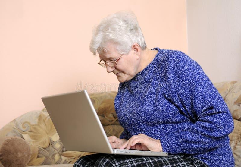 Una más vieja mujer en la computadora portátil imágenes de archivo libres de regalías