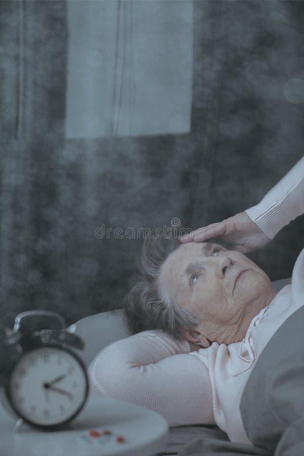 Una más vieja mujer que sufre de insomnio fotos de archivo