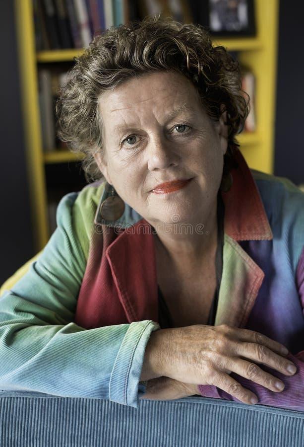 Una más vieja señora, mujer sonriente del retrato en su 60s imagen de archivo