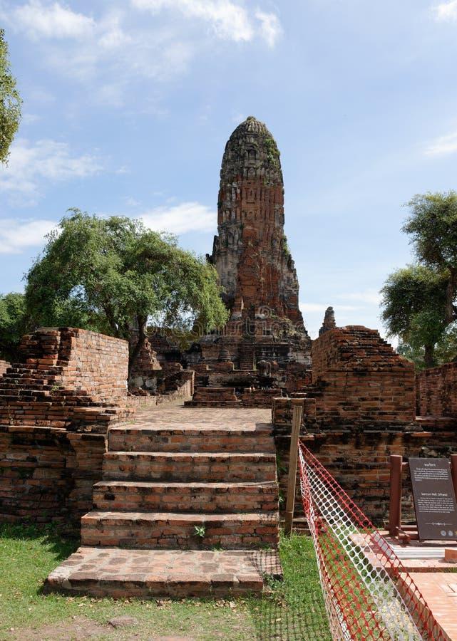 Una más vista del templo decaído en el área de Wat Mahathat imagen de archivo