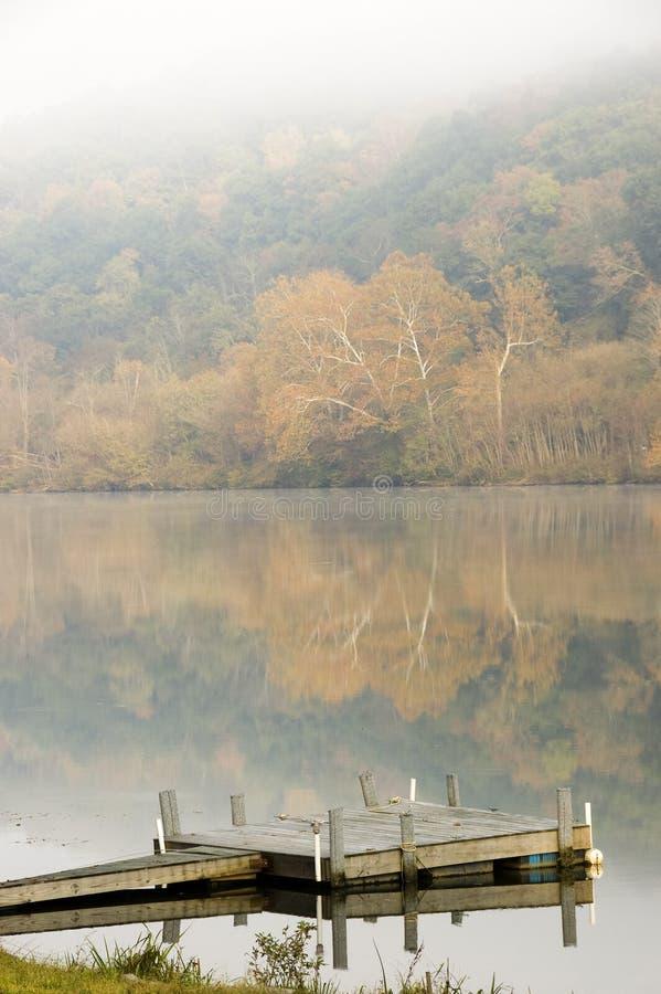 Una mañana brumosa del otoño imágenes de archivo libres de regalías