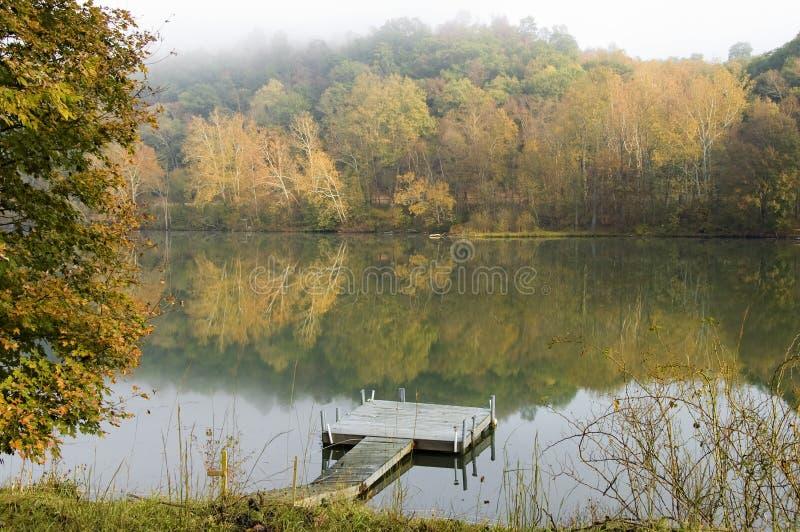 Una mañana brumosa del otoño fotos de archivo libres de regalías