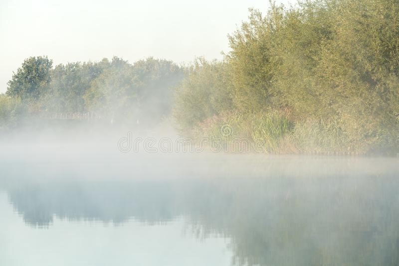 Una mañana brumosa en el agua fotografía de archivo libre de regalías