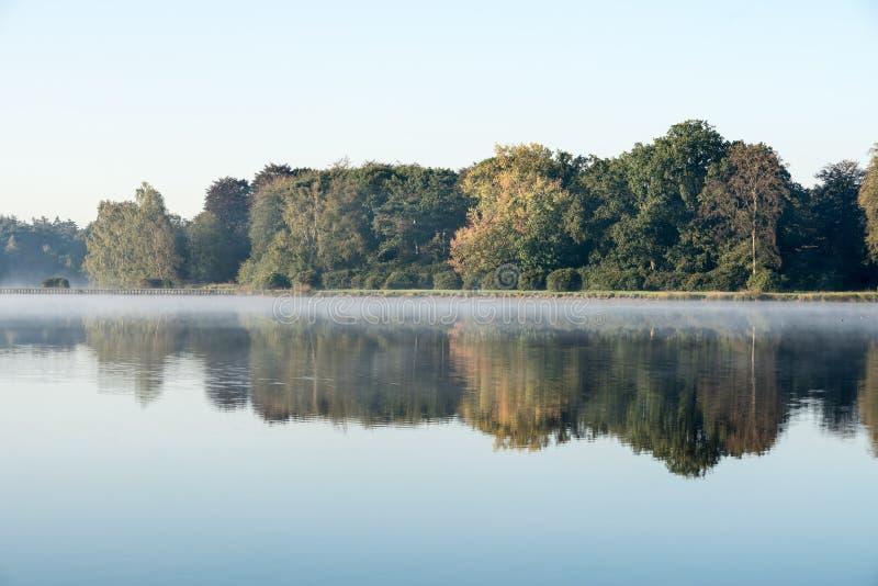 Una mañana brumosa en el agua foto de archivo