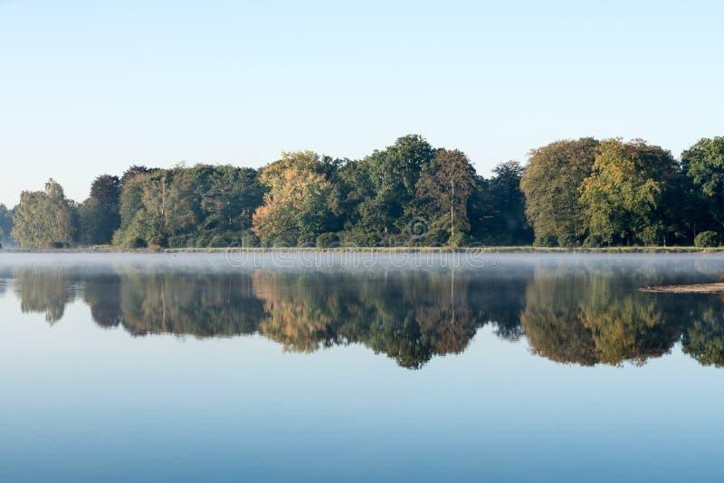 Una mañana brumosa en el agua imágenes de archivo libres de regalías
