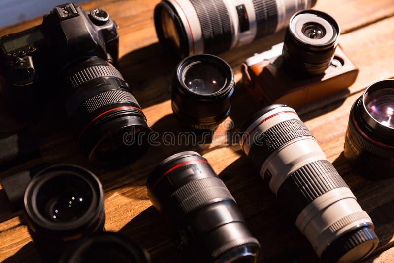 Una macchina fotografica d'annata con la retro rinascita ed il coperchietto obiettivo immagini stock