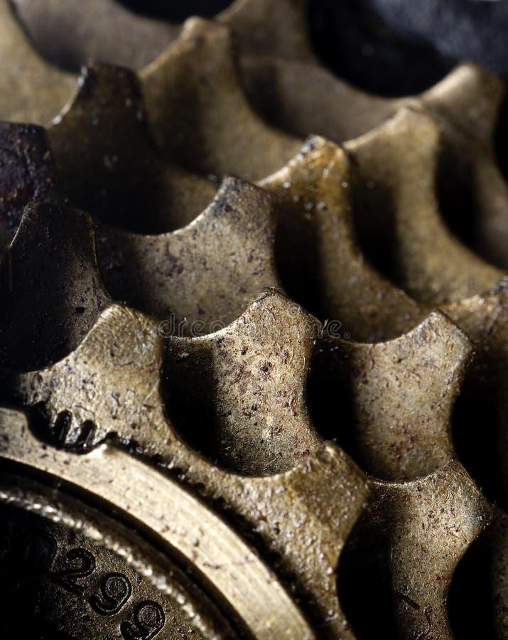 Una macro de los engranajes sucios de la bicicleta imagenes de archivo